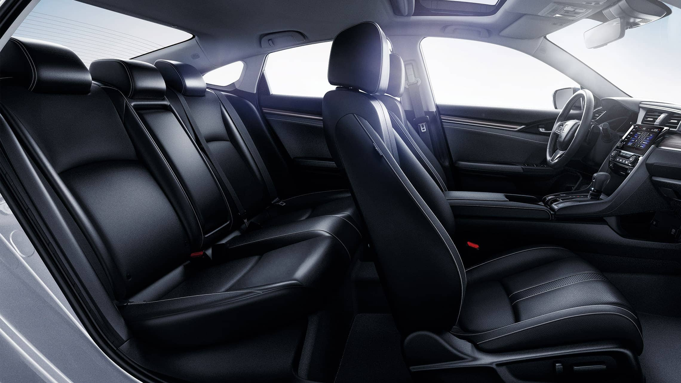 Vista del interior desde el lado del pasajero del Honda Civic Touring Sedán 2020 con interior en Black Leather.