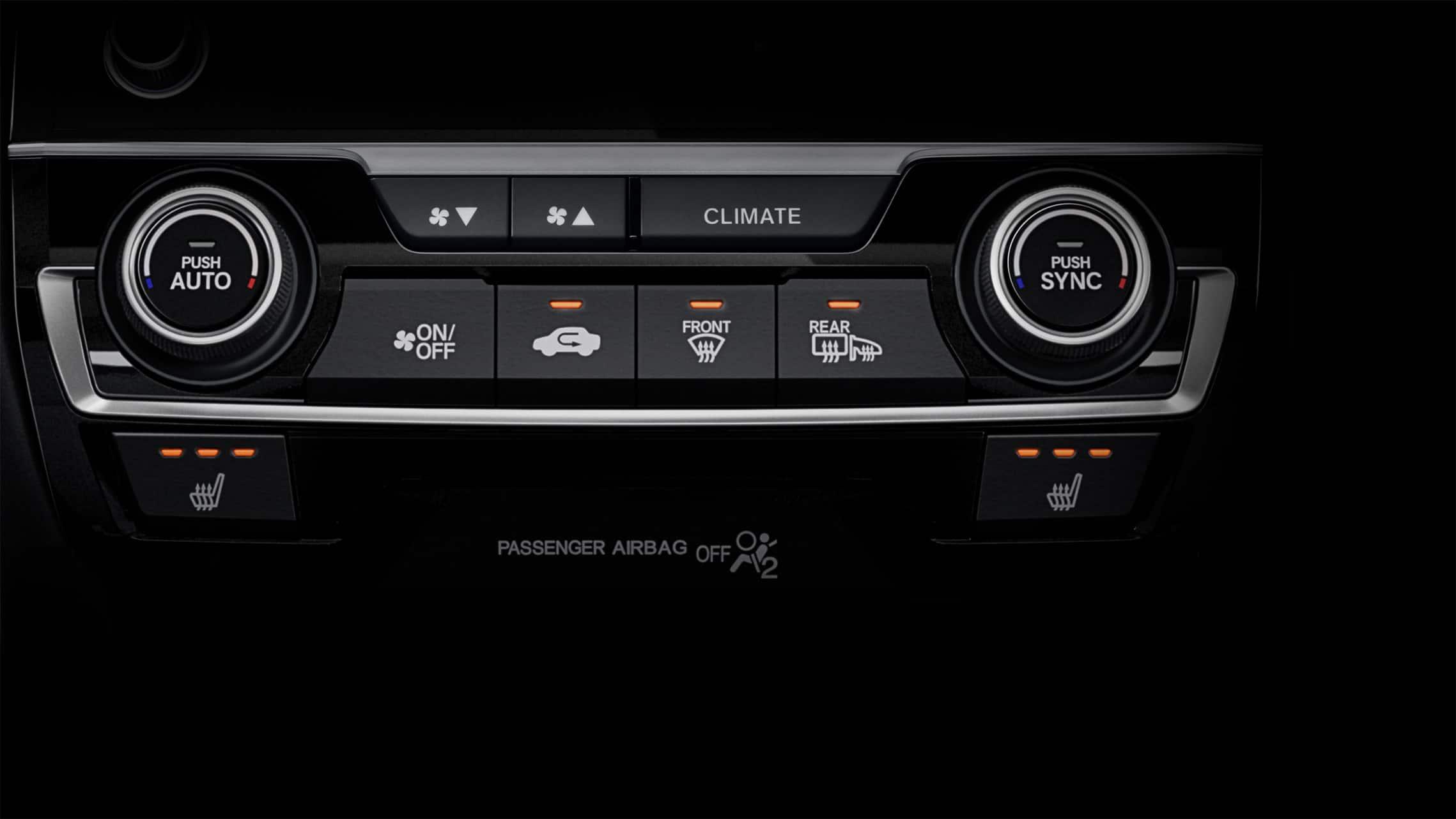 Detalle de controles de asientos calefaccionados en el Honda Civic Sport Touring Hatchback2020.