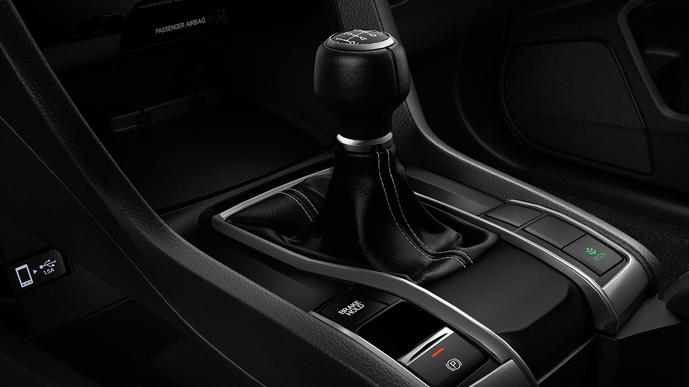 Detalle de los mandos de transmisión manual de 6velocidades en el Honda Civic Sport Hatchback2020.